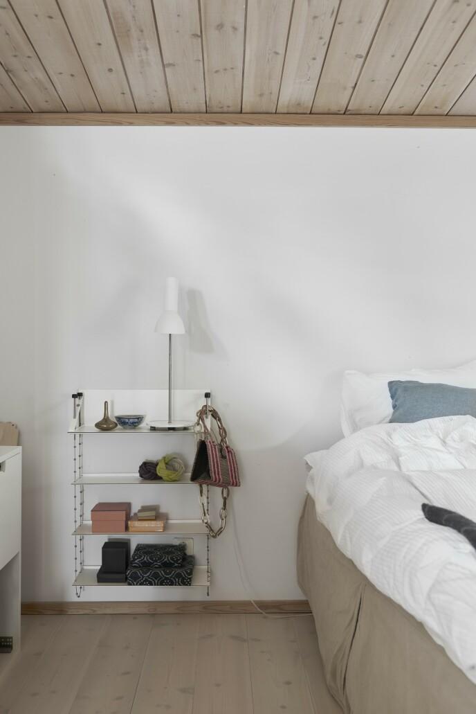 På soverommet henger en versjon av String Furnitures hyller ved siden av sengen, og den fungerer som et nattbord med litt ekstra plass.