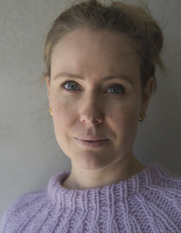 BOK OM BARNLØSHET: Ane Barmen er nynorsk forfatter, og mener nettopp nynorsk er et godt språk for å skrive poengtert. – Man kan ikke gå rundt grøten på samme måte på nynorsk som på bokmål. FOTO: Maria Olivia Rivedal