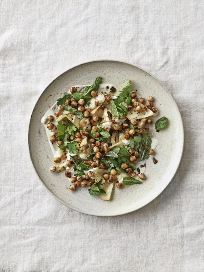 Rist kikertene sprø med koriander, fennikel og spisskummen, og bruk dem som sprøtt knas på hodekålen. Tips! Husk å legge kikertene i bløt i kaldt vann i 24 timer. FOTO: Mikkel Karstad