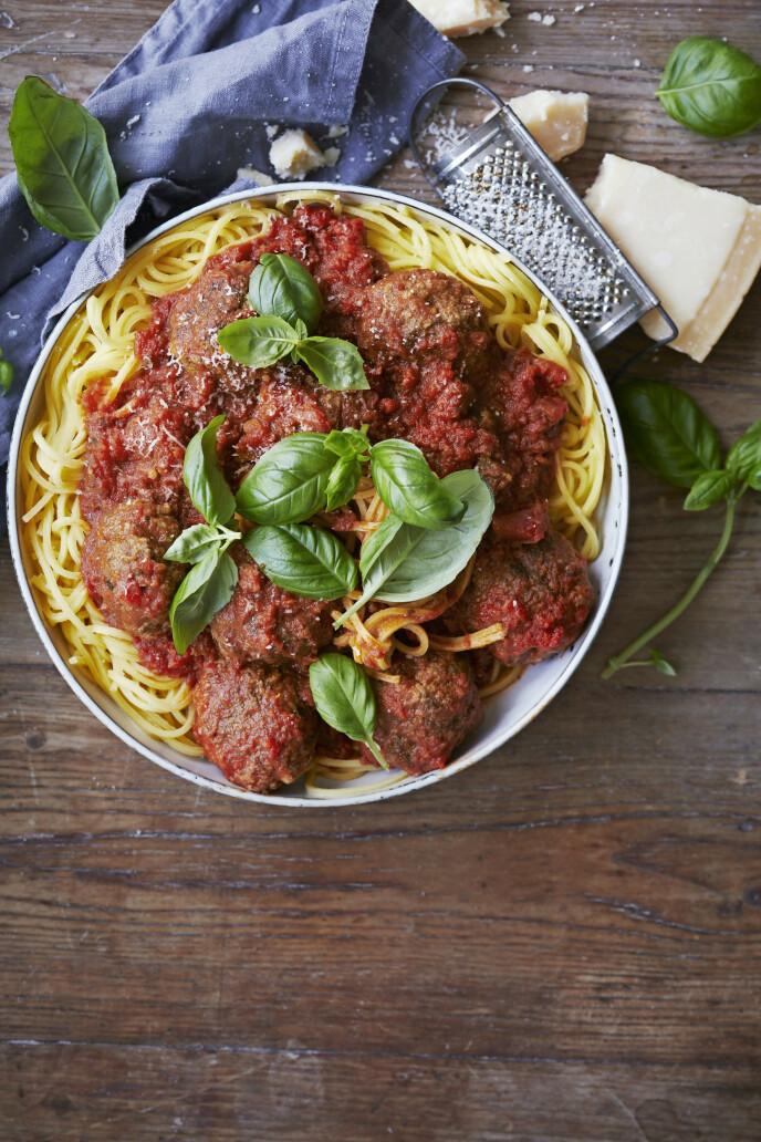 Med kjøttboller og tomatsaus laget fra bunnen av blir spagettiretten ekstra god. FOTO: Winnie Methmann