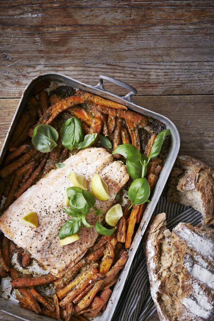 Fisk og gulrøtter er godt sammen, og her er en rask oppskrift hvor både laks og tilbehør blir tilberedt i samme form. FOTO: Winnie Methmann
