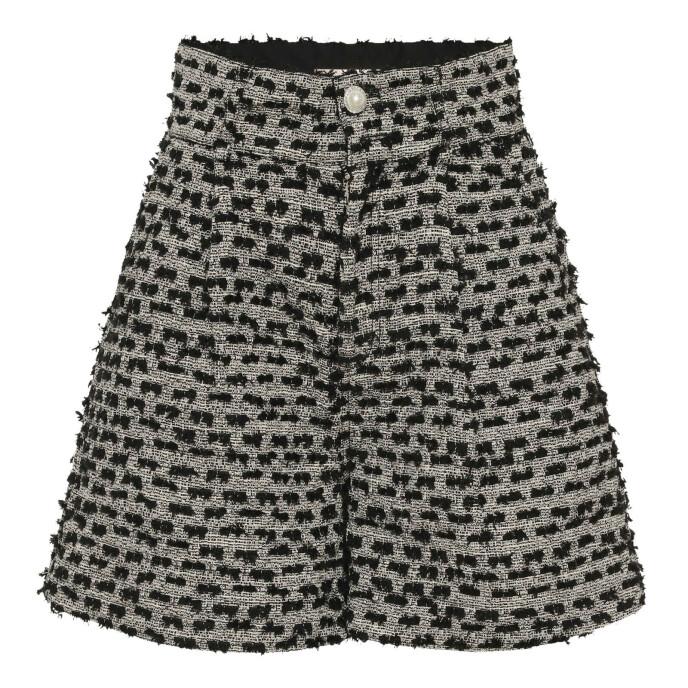 Shorts med perleknapp (kr 1900, Custommade).