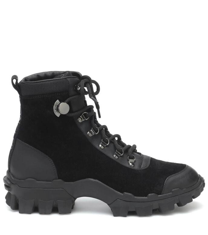Svarte boots (kr 4600, Moncler).