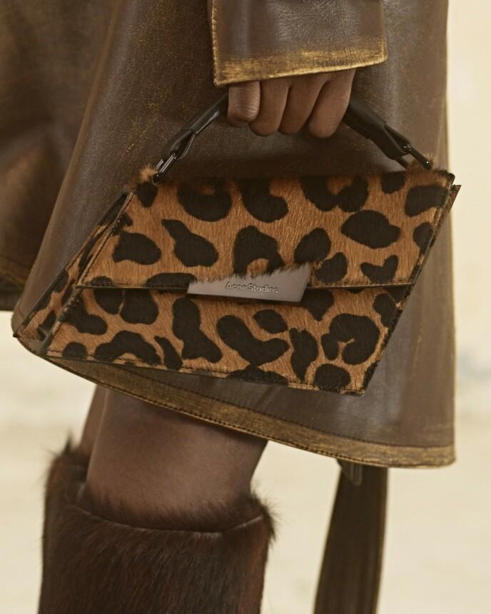Tiger eller leopard. En dyremønstrete håndveske er et perfekt innslag i et brunt antrekk. Fra Acne Studios.