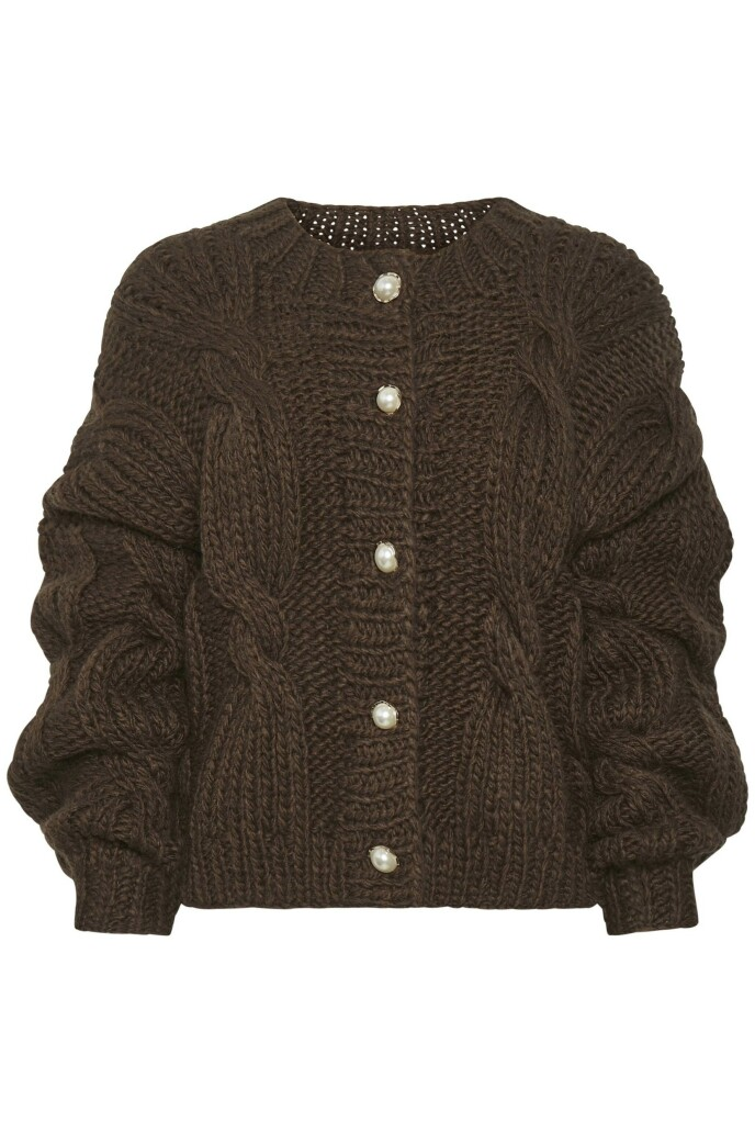 Vi elsker kombinasjonen av kabelstrikk og mørkebrunt. Ulla Johnson stylet genseren med et midilangt skinnskjørt og lange støvletter. Klassisk og elegant. Flettestrikket kardigan (kr 3000, Gestuz).