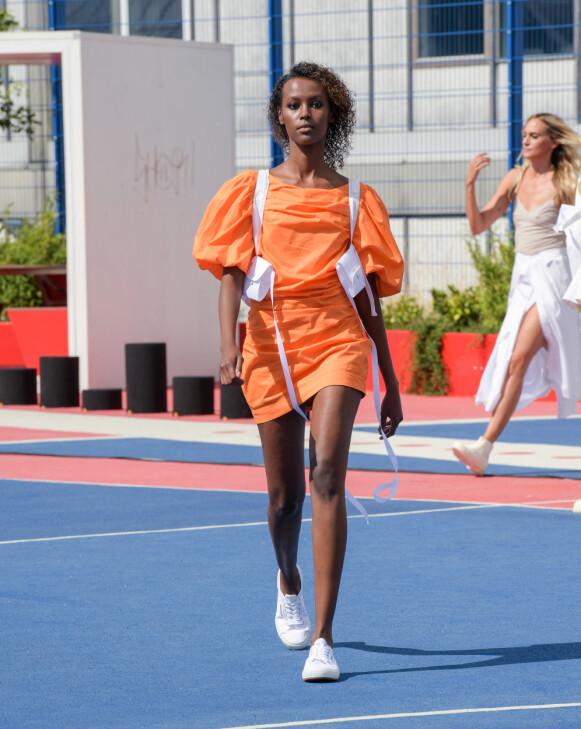 TRENDFARGE: Oransje er en av sesongens store farger. Her fra Designer's Remix-visningen. FOTO: COPENHAGEN FASHION WEEK