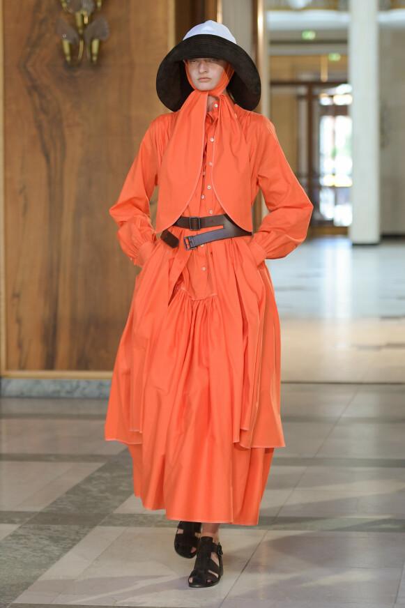 FRA TOPP TIL TÅ: Oransje var en slags rød tråd i Mark Kenly Domino Tan sin kolleksjon. FOTO: COPENHAGEN FASHION WEEK