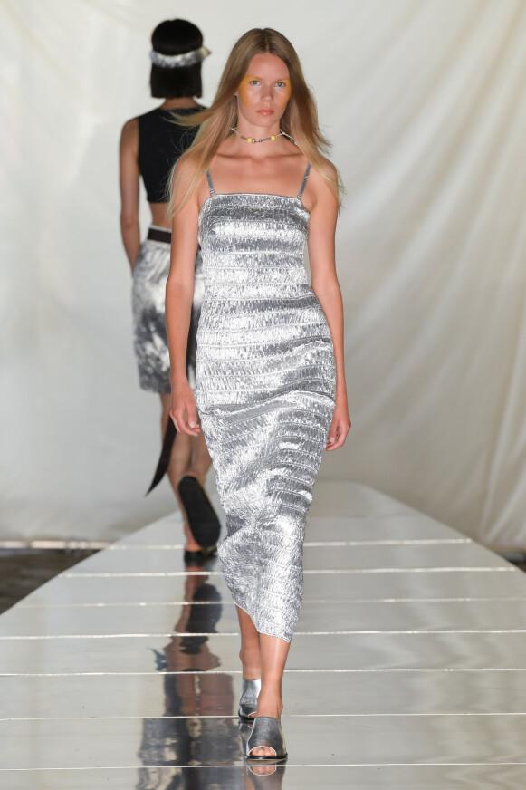 GÅ FOR SØLV: Rabens Saloner viste sølv på catwalken. FOTO: COPENHAGEN FASHION WEEK