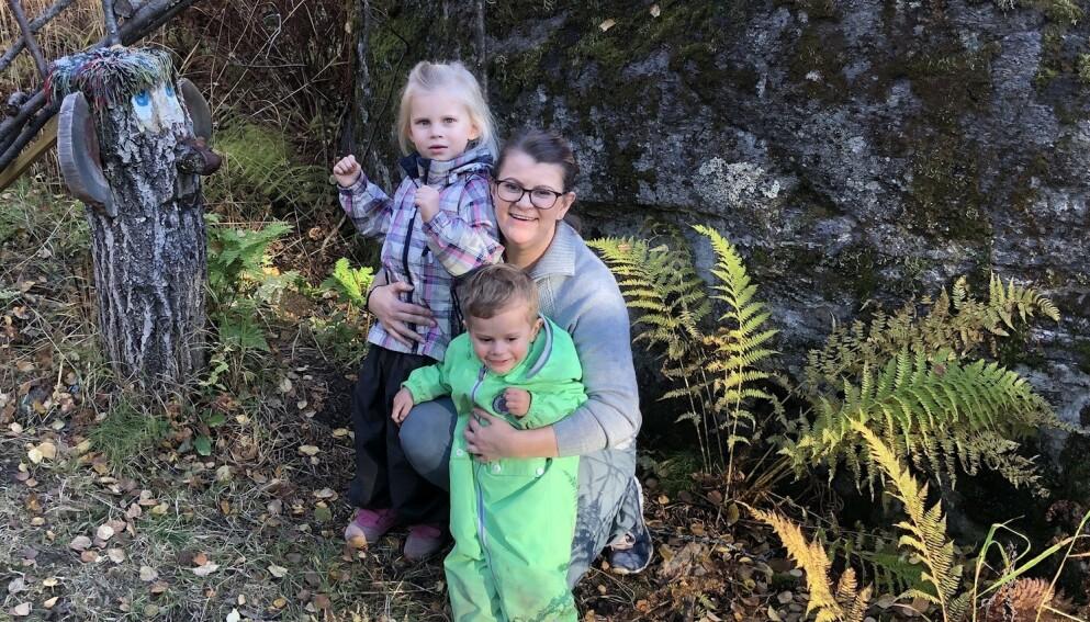 BEGGE BARNA HAR AUTISME OG EPILEPSI: Ekstra utfordringer til tross, tobarnsmor Malene mener at hverdagen deres ikke er så ulik andre småbarnsfamilier. FOTO: Privat