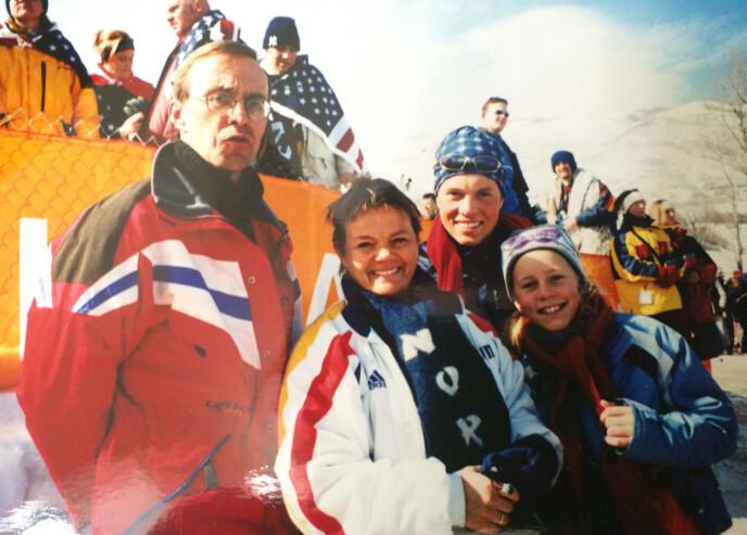 FAMILIEN SAMLET: Dette bildet er tatt under OL i Salt Lake City i 2002. Tirils bror Stian stilte som reserve for herrelaget i skiskyting. FOTO: Privat