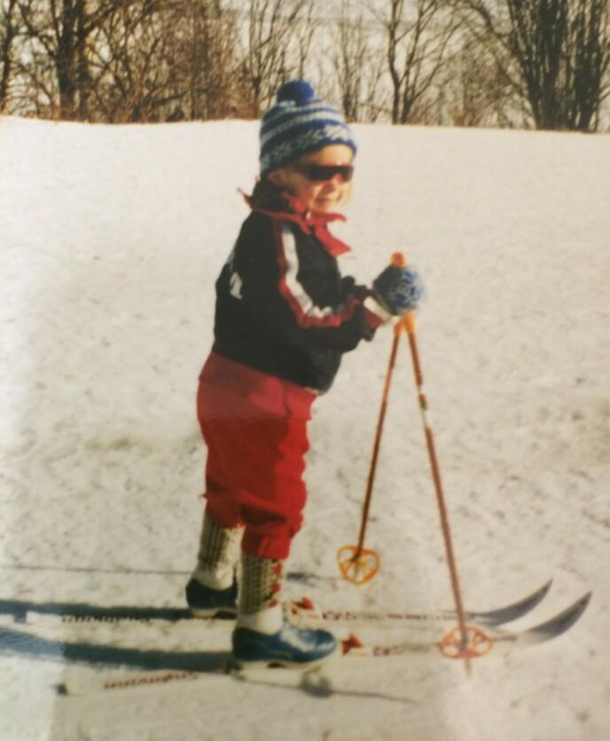 SJARMTROLL: Tiril Eckhoff er uten tvil født med ski på beina - her i fullt skiutstyr en gang på begynnelsen av 90-tallet. FOTO: Privat