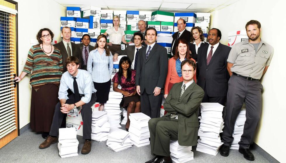 PÅ KONTORET: Mindy Kaling, i midten, omgitt av resten av «The Office»-gjengen i suksess-serien fra 2005. FOTO: NTB