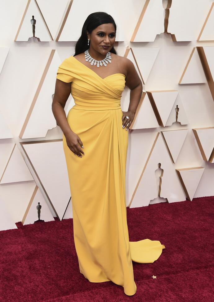 OSCARPYNTET: Mindy Kaling ankommer Oscar-utdelingen i 2020. FOTO: NTB