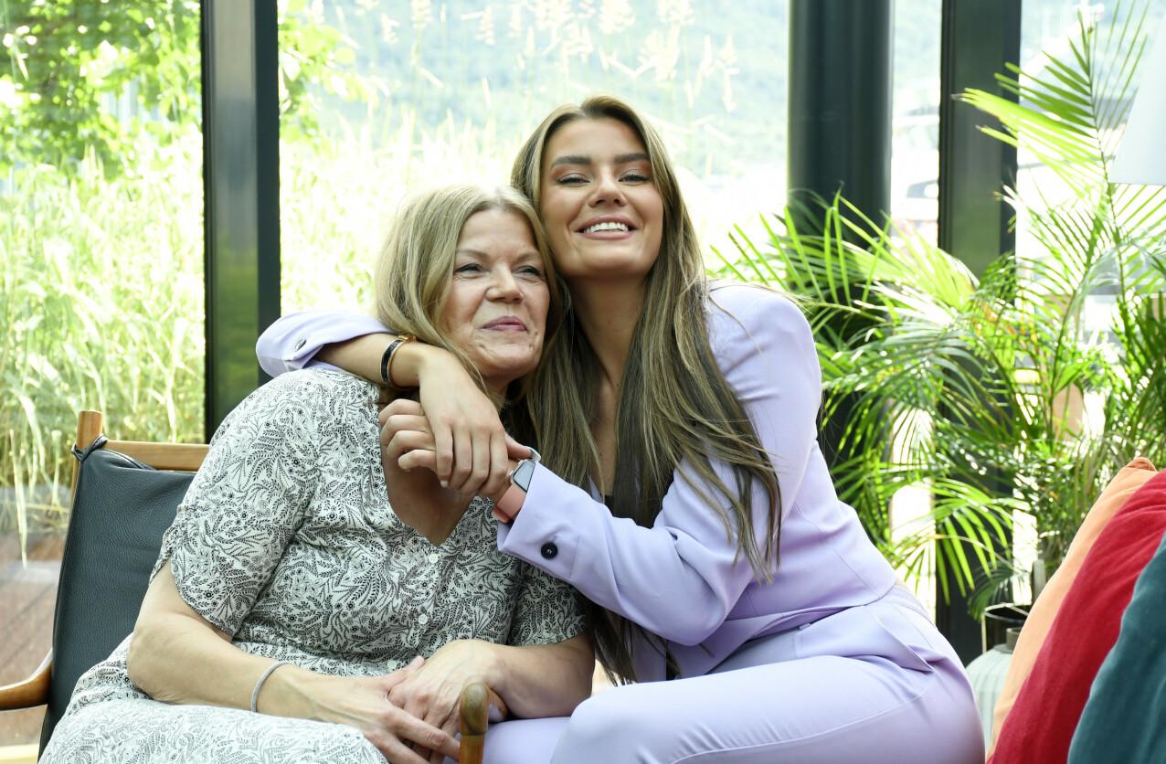 NÆRT FORHOLD: Sofie og moren Wenche har et svært nært mor-og-datter-forhold. FOTO: Rune Stoltz Bertinussen