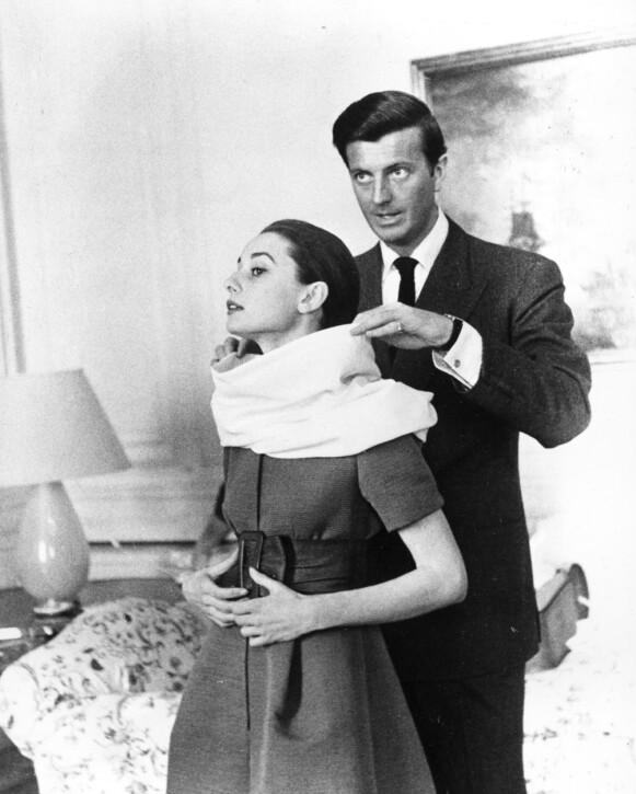 GODE VENNER: Givenchy-designer Hubert de Givenchy og Audrey Hepburn var gode venner. Her er de to under en fitting i Roma, Italia i 1958. FOTO: NTB