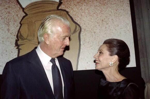MUSE: Audrey Hepburn var Hubert de Givenchy sin muse gjennom mange år. Her er de to i Paris i 1991. FOTO: NTB