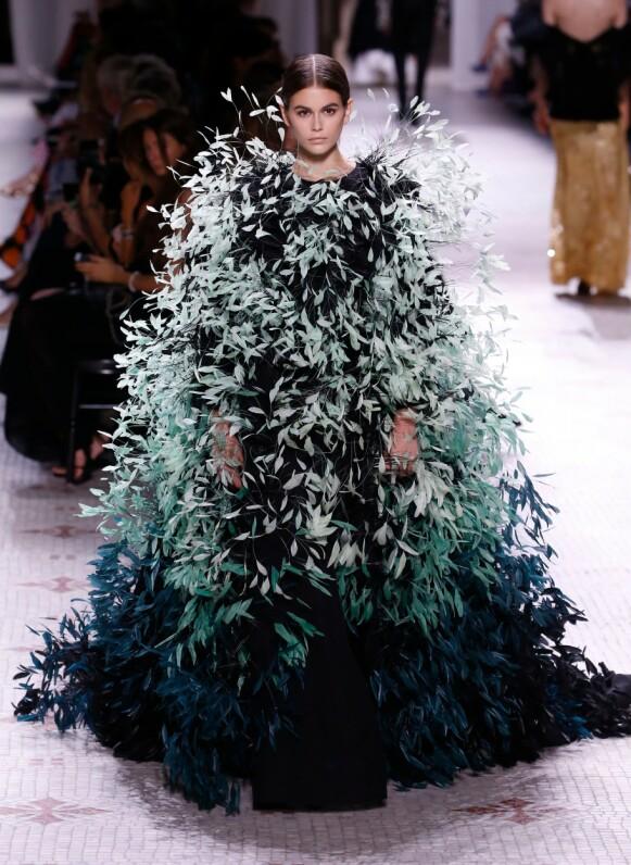 FRANSK ELEGANSE: Givenchy er kjent for sin eleganse. Her fra visningen under Haute Couture-uken i Paris i 2019. FOTO: NTB