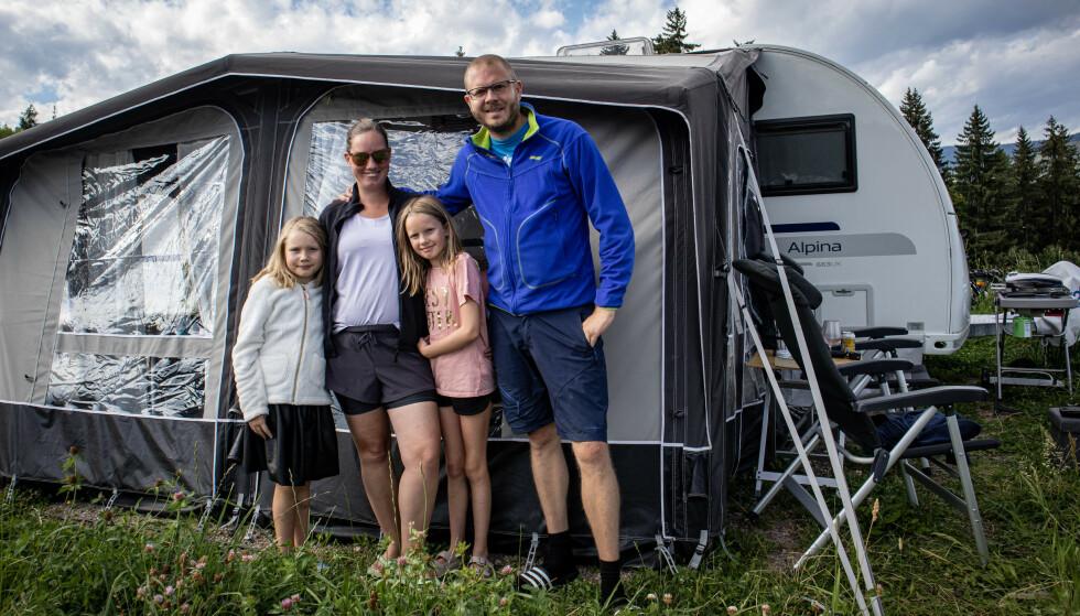 FAMILIENS BOLIG DET KOMMENDE ÅRET: Huset og det meste av eiendelene deres ble solgt, så flyttet de inn i campingvognen. FOTO: Privat