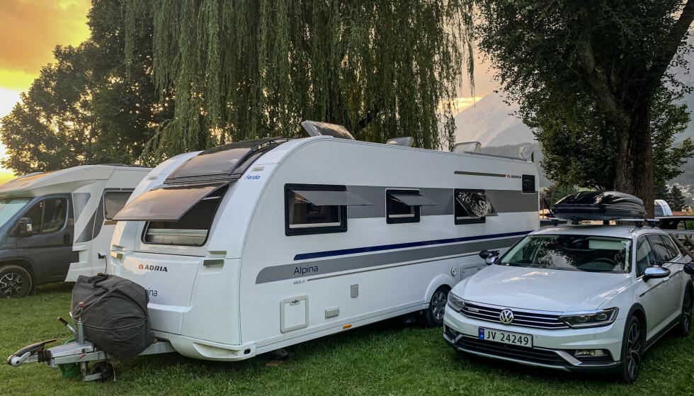 ROMSLIG VOGN: Selv om overgangen fra hus til campingvogn er stor, har det ifølge familien gått veldig greit. - Vi gjør det samme nå som før, og har de samme hverdagsrutinene som tidligere, bare på litt mindre plass, sier Oda. FOTO: Privat