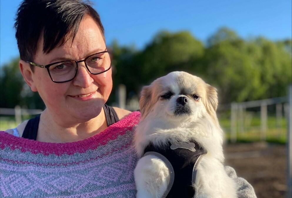GÅR MANGE TURER SAMMEN: Lena Fagervoll Brandskogsand sammen med hunden Enya, som hun elsker å gå turer og jogge med. Foto: Privat