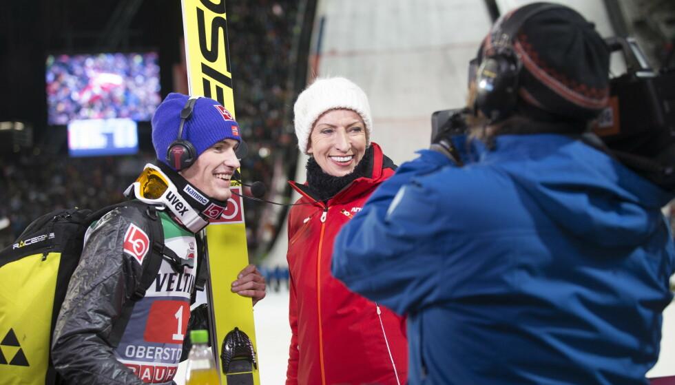 SPORTSIKON: Slik har vi vært vant til å se Karen Marie Ellefsen - som NRK-sportens ankerkvinne. Her fra da hun intervjuet hopper Daniel Andre Tande etter hoppuka i Oberstdorf i 2016. FOTO: Terje Bendiksby / NTB