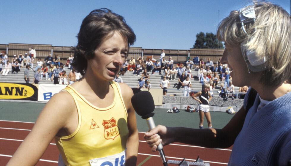 PIONÉR: Karen Marie Ellefsen intervjuer sprinter Mona Evjen som vant 100 m og 200 m under NM i friidrett i 1982. FOTO: Henrik Laurvik / NTB .