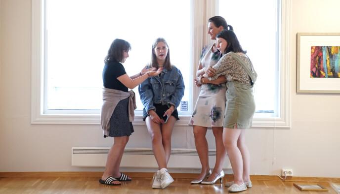 MOR OG DØTRE: Prinsesse Märtha Louise med døtrene Emma, Leah og Maud under utstillingen med Ari Behns verker på Galleri Varden på Jeløya i 2020. FOTO: Fredrik Hagen / NTB