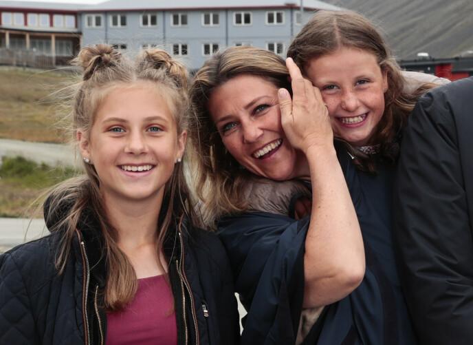 NÆRE: Prinsesse Märtha Louise og døtrene Leah og Emma på Svalbard i 2018. FOTO: Lise Åserud / NTB