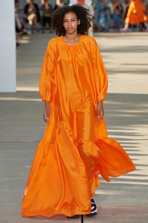 PÅ CATWALKEN: Oransje spilte en sentral rolle under sesongens visninger under moteuka i København. Her hos Baum und Pferdgarten. FOTO: COPENHAGEN FASHION WEEK