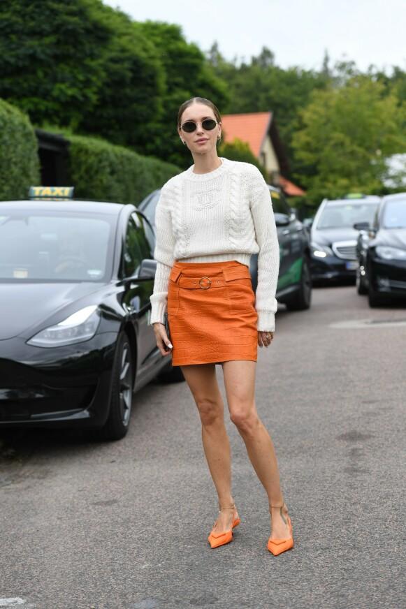 PÅ MOTEN: Også i gatemotebildet står oransje sterkt. Her er den danske influenseren Pernille Teisbæk under den danske moteuka tidligere i høst. FOTO: NTB