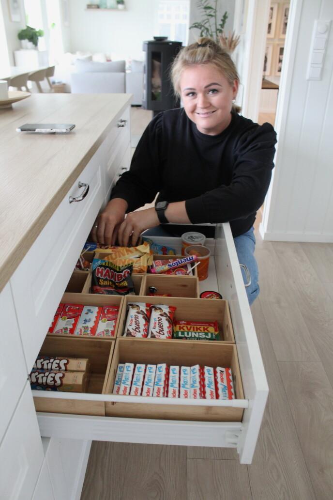 ORDING: Liv Gravdahl har en velfylt, men ryddig godteriskuff. FOTO: Signe Marie Rølland