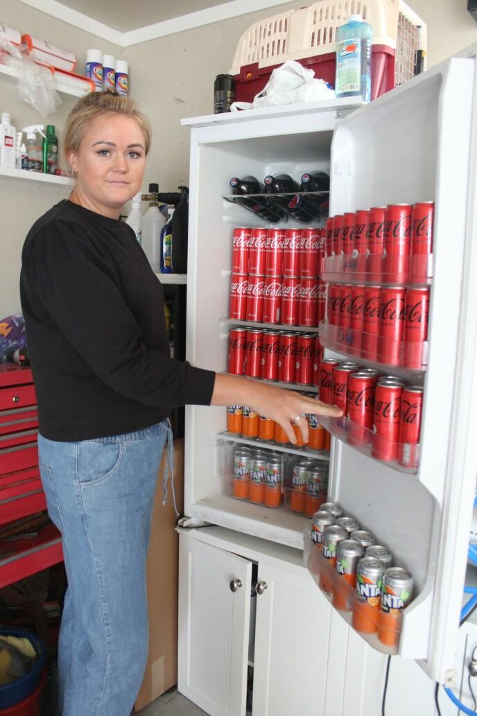 Det å rydde kjøleskap er blitt en spesialitet for Liv. FOTO: Signe Marie Rølland