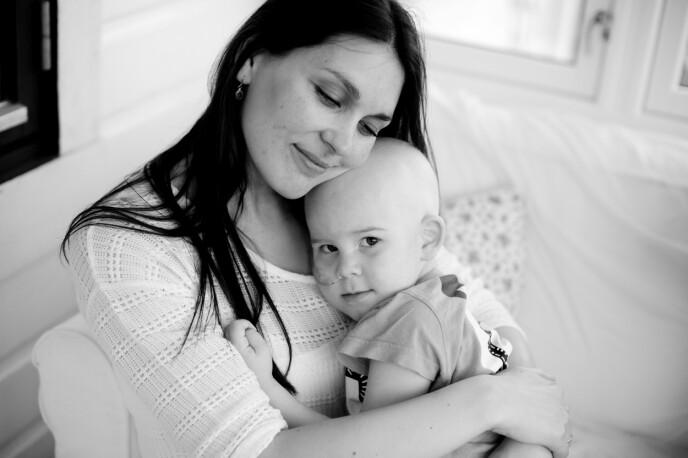 Madicken var bare 2,5 år da hun fikk diagnosen leukemi. Her er hun på mammas trygge fang, første gangen de fikk dra hjem igjen på en liten permisjon fra sykehuset. FOTO: Irene Sandved Lunde