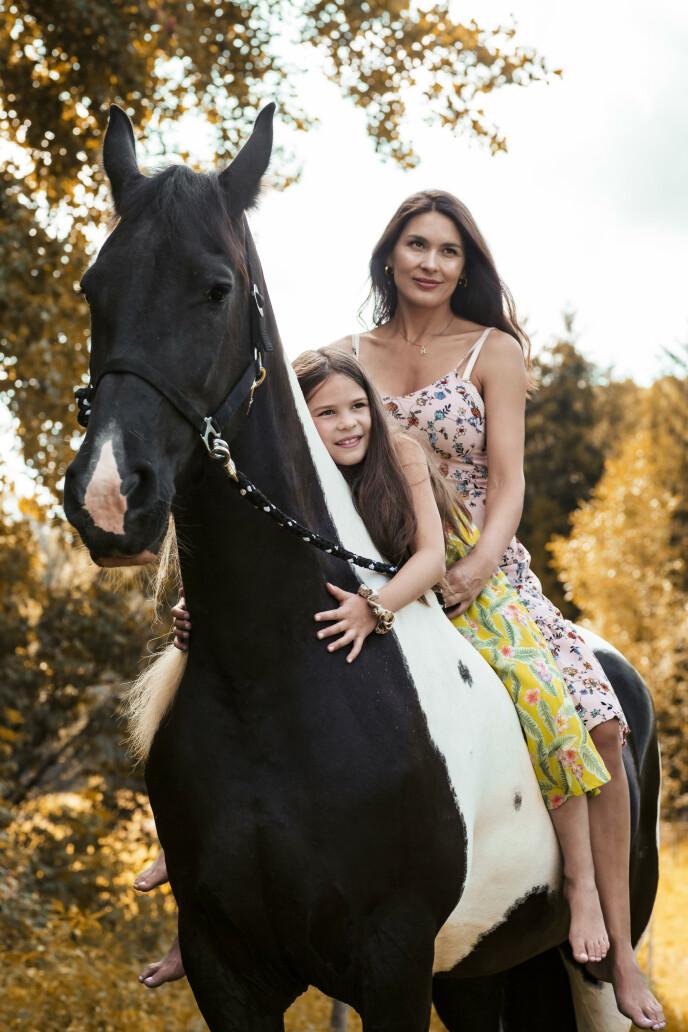 Den velsignede hverdagen er tilbake igjen. Hest er en stor felles interesse Mariangela og datteren Madicken deler. FOTO: Astrid Waller