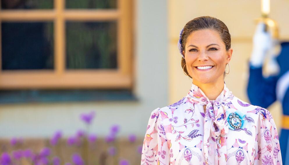 MOTERIKTIG: Kronprinsesse Victoria er kjent for å støtte skandinaviske mote. Her i svensk design i dåpen til prins Julian tidligere i år. FOTO: NTB