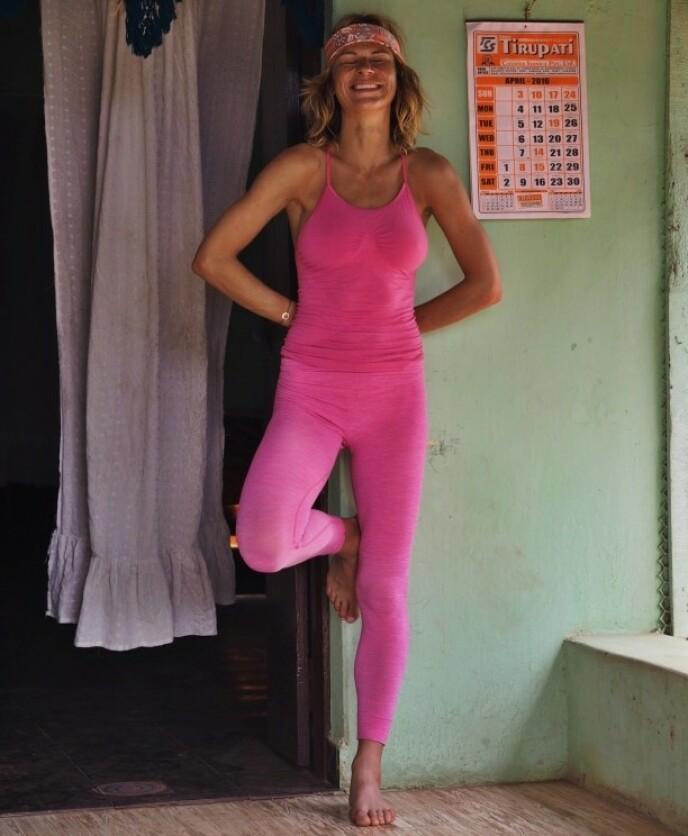 YOGAPUST: Elisa Røtterud har fått god bruk for yogapusten hun lærte seg i India - denne får hun også garantert bruk for under 71° nord-innspillingen. FOTO: @elisarotterud