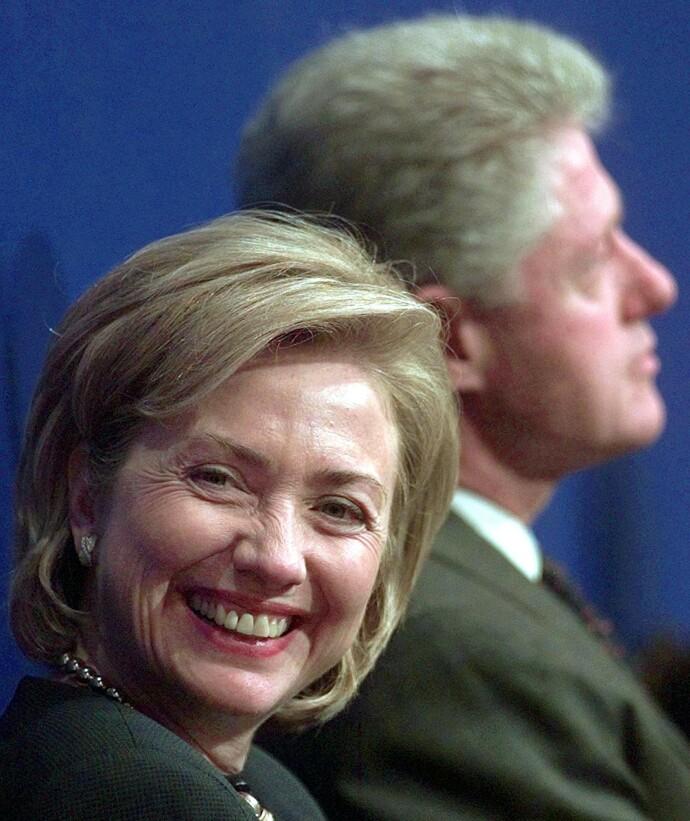 STÅR SAMMEN: Hillary smiler ved sin manns side i 2004. Hillary ble senere utenriksminister i president Obamas regjering, og i 2016 stilte hun til valg selv. FOTO: NTB