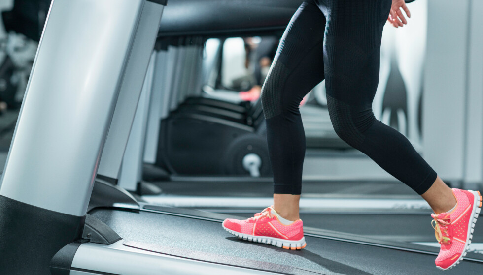 GÅ I MOTBAKKE: Hot treningstrend som tar av på sosiale medier handler om å gå i motbakke - men hvor god trening er det? Vi har svaret! FOTO: NTB