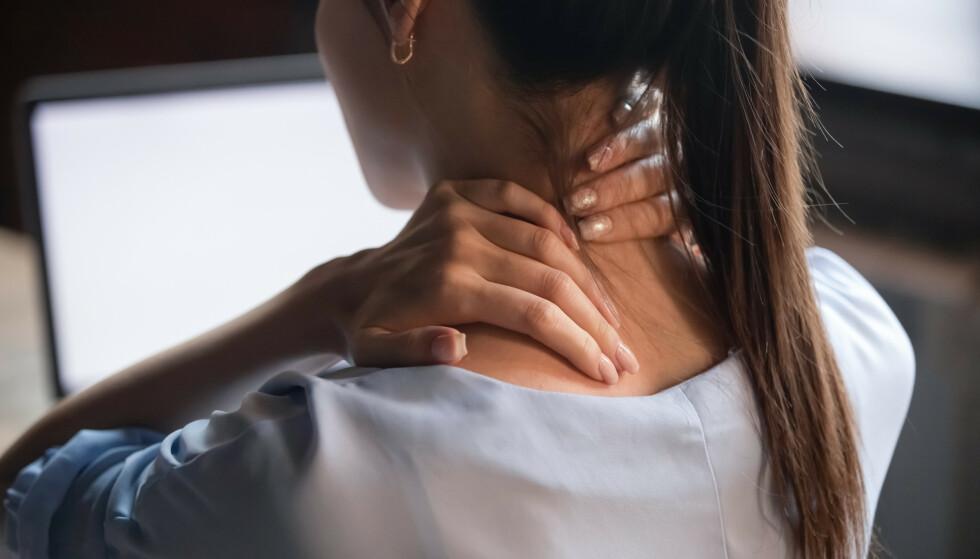 VOND NAKKE OG RYGG: Smerter i nakke og rygg er et vanlig problem, kan holdningsvester være redningen? FOTO: NTB Scanpix