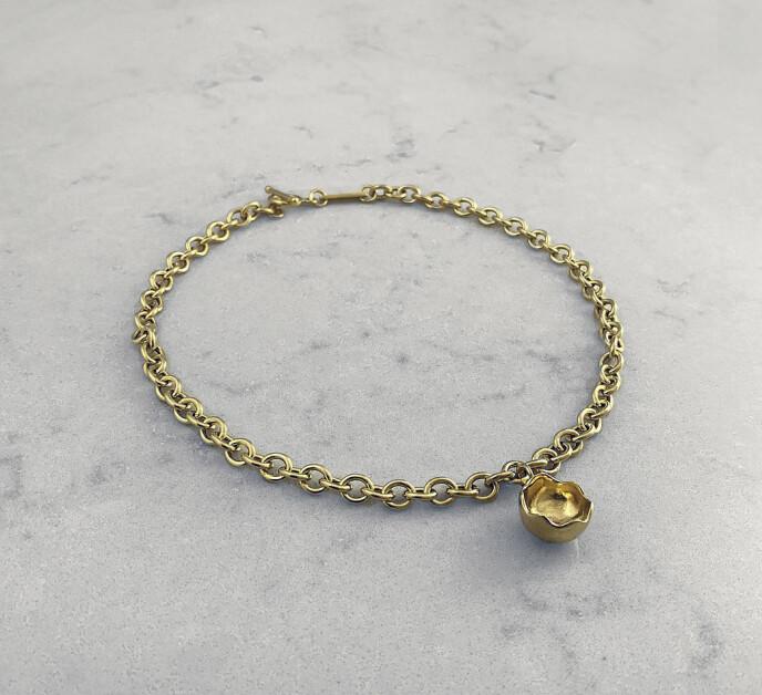 Smykkene til Aur Studio er håndlagde og lokalt produsert med 90–100 prosent resirkulert sølv og gull. Halskjede (kr 3950).