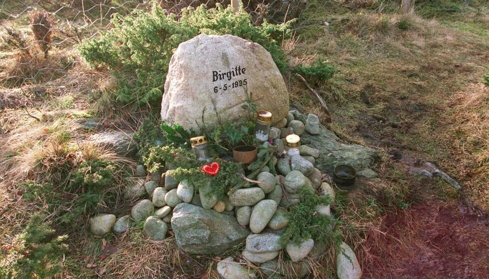 STEDET: Denne minnesteinen ble reist av lokalsamfunnet på stedet hvor Birgitte Tengs ble drept. FOTO: Alf Ove Hansen / NTB