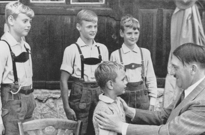 DE ARISKE BARNA: Hitler var opptatt av de ariske barna, og at de skulle få riktig skolering gjennom Hitlerjugend. FOTO: NTB