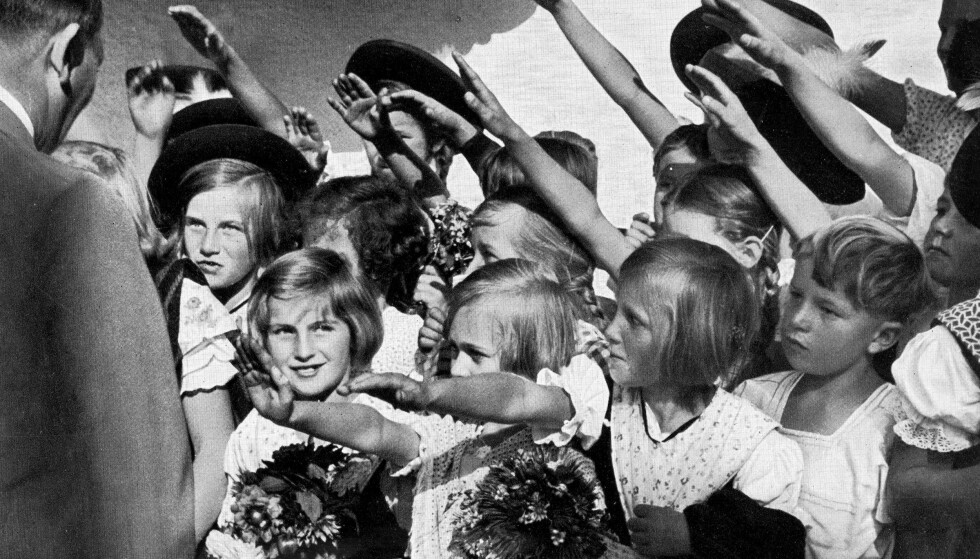 GJORDE HVA DE BLE FORTALT: En håndplukket, arisk barneflokk hilser Der Fürer med den karakteristiske armbevegelsen. Hitler var opptatt av at ariske barn skulle få ideologi inn under huden så tidlig som mulig. FOTO: NTB