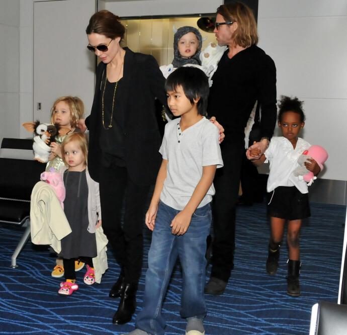 BEDRE TIDER Familien Jolie Pitt forlater Japan i 2011, etter premiere på filmen Moneyball. Fra venstre barna Shiloh, Vivienne, Maddox, Knox, Zahara og Pax (vises ikke på bildet). FOTO: NTB