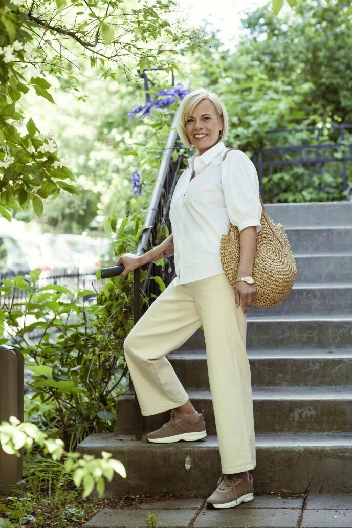 Bluse (kr 900, Jean Paul), bukse (kr 800, Donna), veske (kr 500, Match), klokke (kr 1400, Slazenger) og sko (kr 1900, Gaitline). Tips! Lyse bukser er vel så anvendelige som mørke, og antrekket får et ekstra løft. FOTO: Astrid Waller