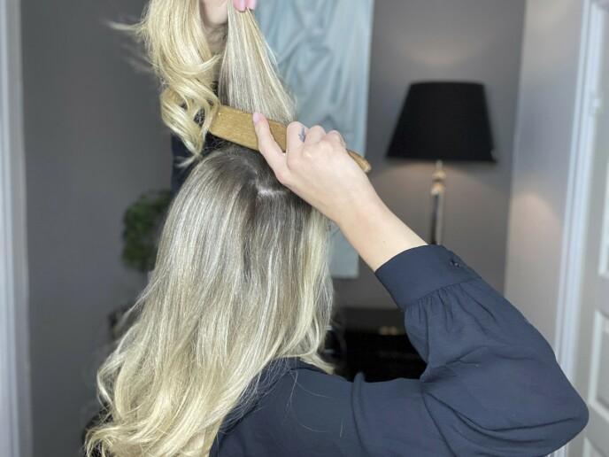 1. Start med å tupere kronen. Det er bedre å tupere litt for mye enn litt for lite. For at tuperingen skal sitte bedre, bruk litt tørrsjampo eller en teksturspray i håret. Avslutt med å gre håret bakover.