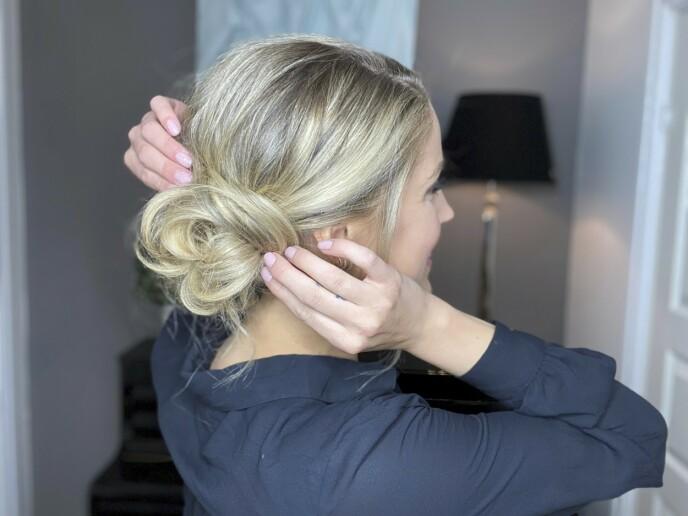 For det lille ekstra: Sett på en eller flere fine hårspenner til slutt.
