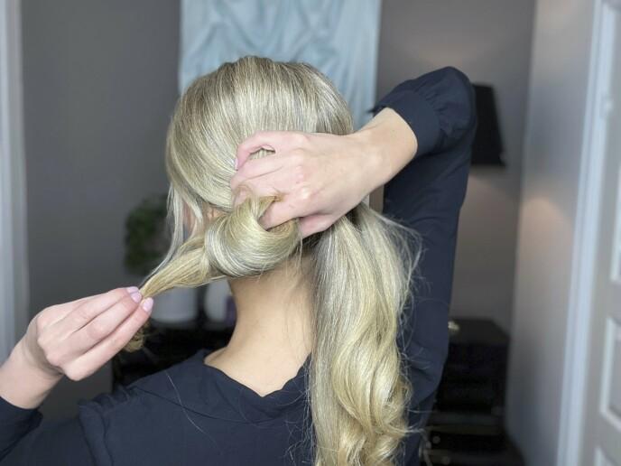 3. Snurr opp hestehalene. Fest de med nok hårnåler til at de sitter ordentlig. Spray oppsettet med hårspray for at frisyren skal holde hele dagen.