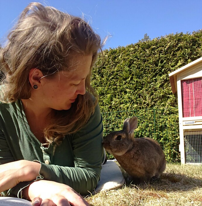 VENNER: Pia og omplasseringskaninen Petra. – Kaniner har veldig mye personlighet, om du gir dem en sjanse. Men det har tatt tid å lære Petra at ting ikke er farlige. FOTO: Privat