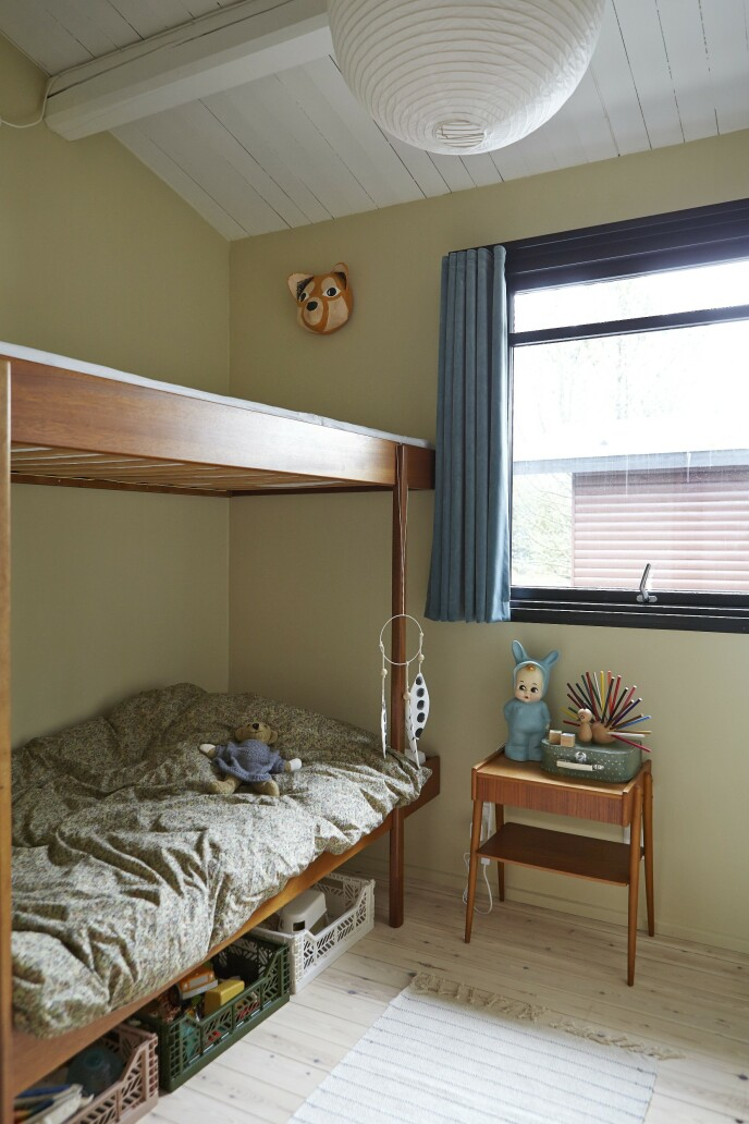 Møbler i teak går igjen flere steder i huset, som her på en av guttenes rom.
